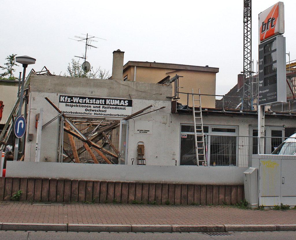 Baustelle: Die Tankstelle Kumas ist abgerissen.