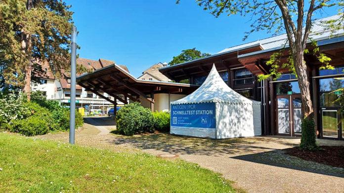 Neu in Müllheim: Das private Testzentrum vor dem Bürgerhaus. [Bild: Gewerbeverein]