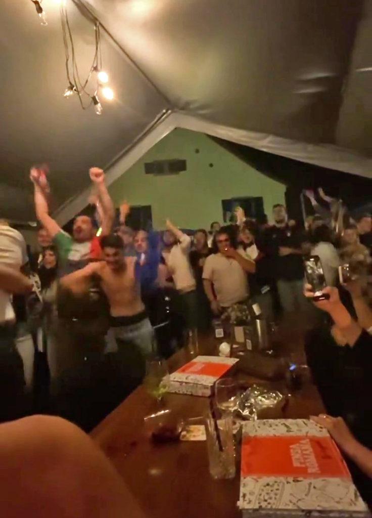 Jubel im Zelt: Vor der Pinseria Don Ciccio in Vögisheim haben Fans gefeiert.