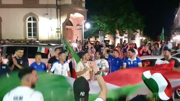 Italien-Fans feiern auf der Werderstraße.